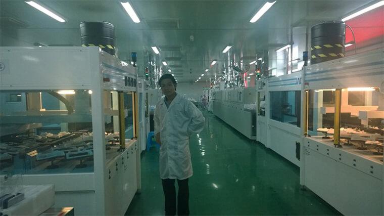 Ảnh: Ông Phạm Nam Phong tại dây chuyền tuyển chọn cells cho tấm pin UE