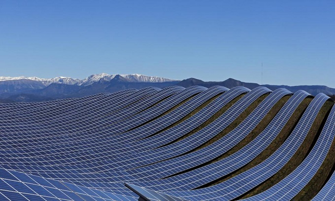 A general view shows solar panels to produce renewable energy at the photovoltaic park in Les Mees, in the department of Alpes-de-Haute-Provence, southern France March 31, 2015. REUTERS/Jean-Paul Pelissier TPX IMAGES OF THE DAY